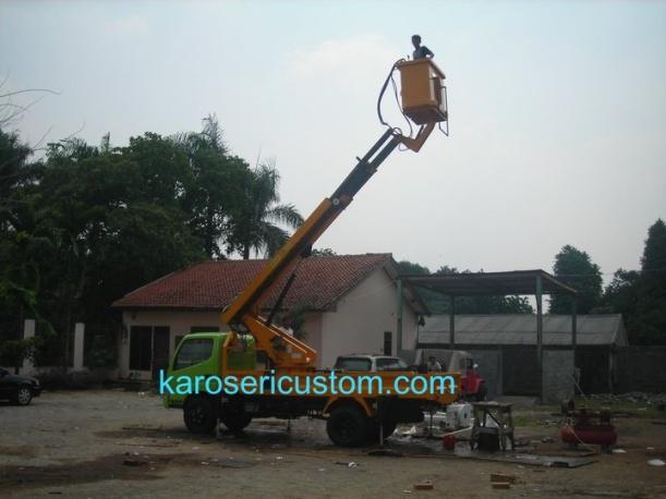 Karoseri aerial work platform solusi bagi masalah pekerjaan di ketinggian